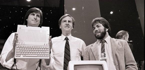 02. Steve Jobs, izquierda, y el co-fundador de Apple Steve Wozniak, derecha, el CEO John Sculley. En la presentación del Apple II.Fuente:The Australian. Foto goo.gl/4b58MM.jpg
