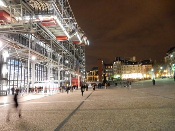 01. Visión nocturna del Centro Pompidou. Foto: Roberto Langwagen.