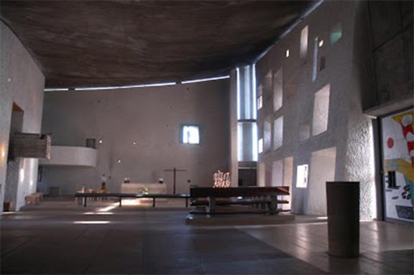 Interior capilla, raya de luz en el techo