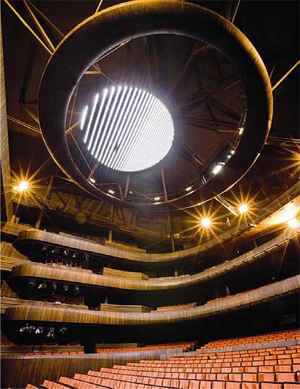 Interior del auditorio principal y su majestuosa araña.