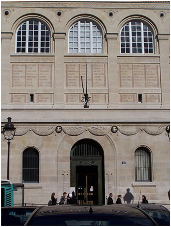 Foto de una de las fachadas del edificio – Detalle de la inscripción en las paredes.
