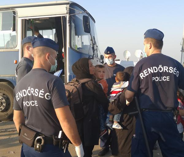 """Foto4: """"Camino al campo de detención tras entrar en la UE. Frontera Serbia-Hungría esta tarde."""" Principia Marsupia @pmarsupia 13 de septiembre de 2015"""