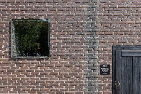 Figura 10: la ventana espejada, el exterior se presenta como falto de profundidad, en contraposición con lo que sucede interiormente
