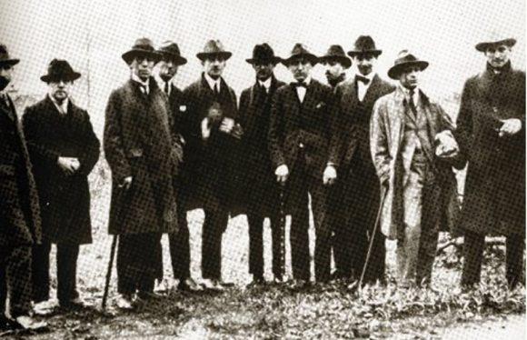 Figura 4. Fotografía de visita Dada a Saint-Julien-le-Pauvre de 1920 (aprox.), publicado en Walkscapes. Anti-Walk o el vagabundeo como antítesis al conocimiento.